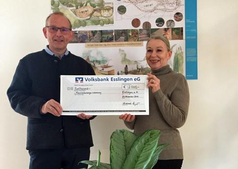 Anke Marie Waldmann und Michael Eppinger bei der Übergabe der diesjährigen Spende an die Familienherberge Lebensweg in Schützingen